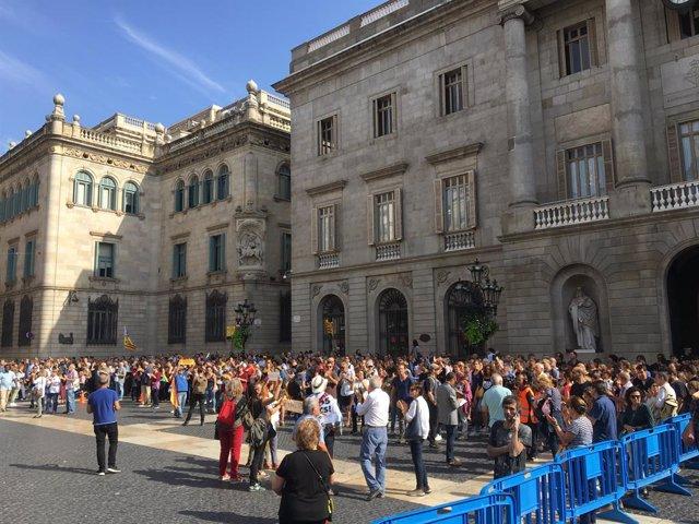 Més de 150 persones continuen concentrades a la plaça Sant Jaume de Barcelona