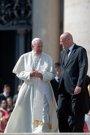 El Papa acepta la renuncia del jefe de la Gendarmería Vaticana tras filtrarse la suspensión de cinco funcionarios