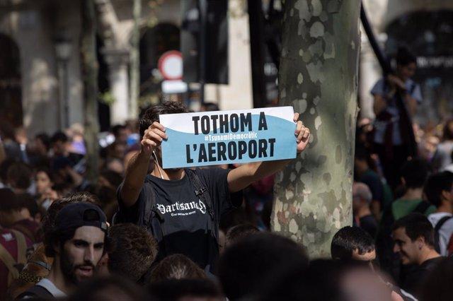 Pancarta 'Tothom a l'aeroport', consigna durant una mobilització a Barcelona contra la sentència del procés independentista.