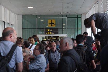 Los concentrados en el Aeropuerto de Barcelona hacen sentadas frente los accesos de la T1