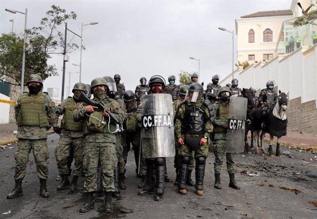 Efectivos antidusturbios en Quito