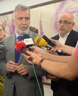 El presidente de Canarias, Ángel Víctor Torres, atendiendo a los medios tras reunirse con los representantes de la Fecam y la Fecai