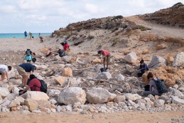 Voluntarios del GOB en Mallorca recogen 120 kilos de residuos plásticos.