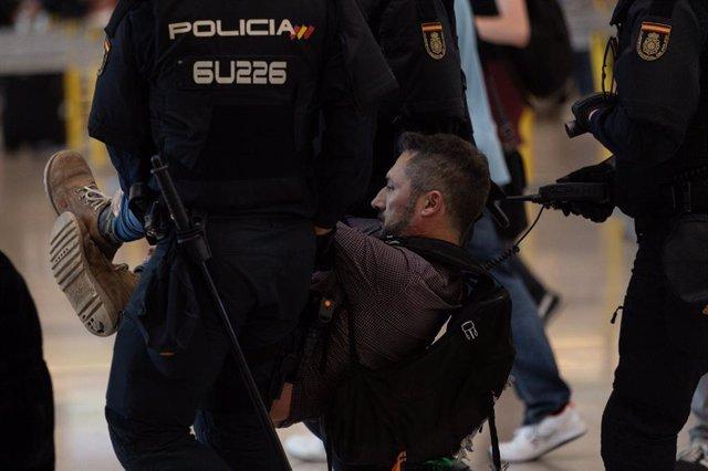 Desallotjament del filtre de seguretat a l'Aeroport de Barcelona - el Prat