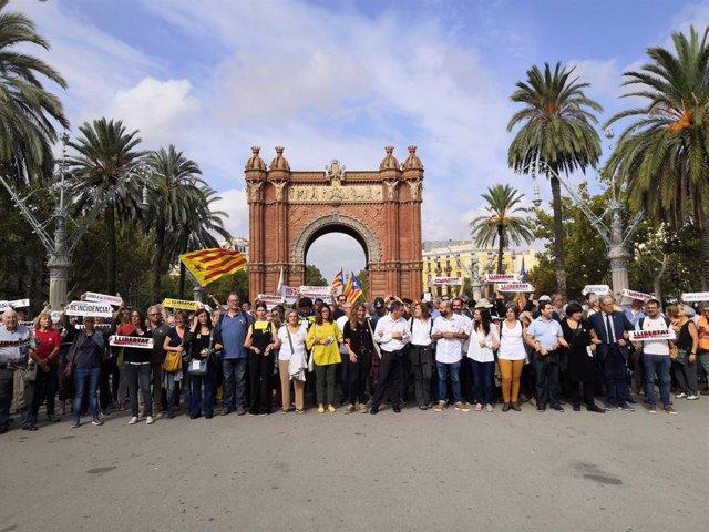 Un miler de persones es concentra davant el TSJC convocades per Òmnium per la sentència.