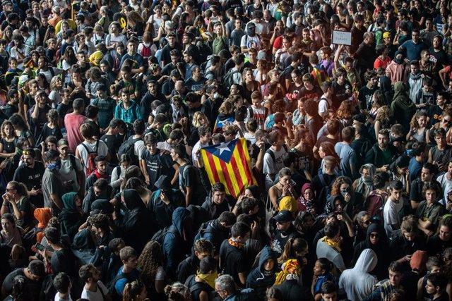 Una multitud de persones es concentren a l'Aeroport de Barcelona-el Prat en protesta per la sentència del Tribunal Suprem sobre el judici del procés, Barcelona (Espanya), 14 d'octubre del 2019.