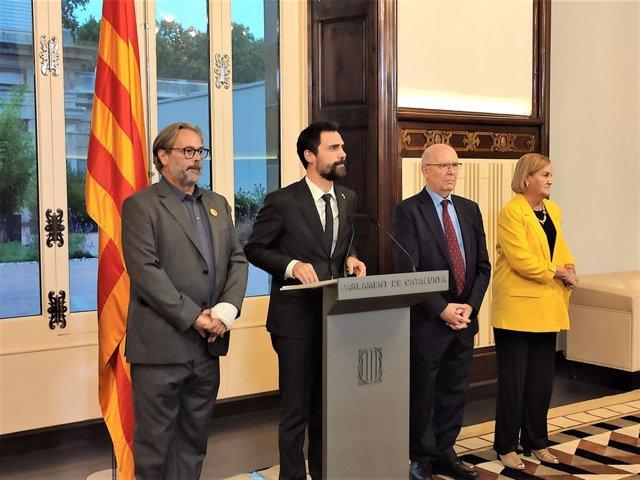 El president del Parlament, Roger Torrent, amb els seus antecessors Ernest Benach, Joan Rigol i Núria de Gispert, durant una declaració institucional contra la sentència del procés independentista