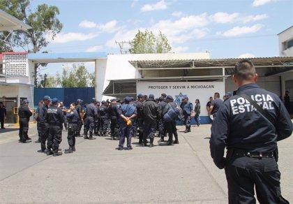 México.- Mueren 14 policías emboscados por pistoleros en Michoacán, México