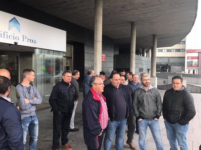 Representantes sindicales y trabajadores de auxiliares de la central de As Pontes, a la salida de una protesta en las oficinas de Endesa