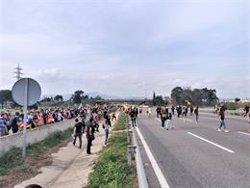 Segueixen tallades dues carreteres d'accés a l'Aeroport de Barcelona (EUROPA PRESS)
