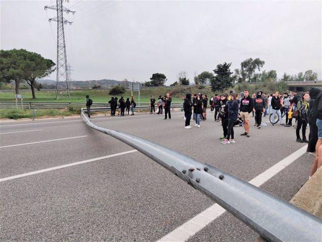 Més de 1.000 manifestants tallen l'AP-7 a Girona amb objectes en la via, en protesta per la sentència del procés independentista.