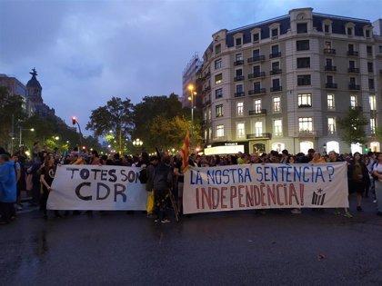 Centenares de personas se concentran en el paseo de Gràcia convocadas por los CDR