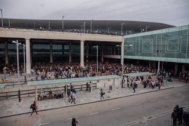 Una multitud de persones es concentren a l'Aeroport de Barcelona-el Prat en protesta per la sentència del Tribunal Suprem sobre el judici del procés, a Barcelona (Espanya), 14 d'octubre del 2019.
