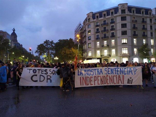 Centenars de persones es concentren al passeig de Gràcia convocades pels CDR