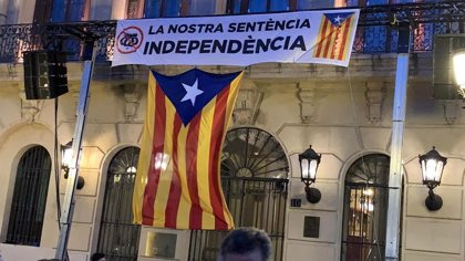 """El Ayuntamiento de Lleida cuelga una pancarta con una corona del revés: """"Nuestra sentencia. Independencia"""""""