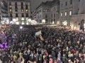 Miles de asistentes en la concentración de ANC y Òmnium en la plaza Sant Jaume de Barcelona