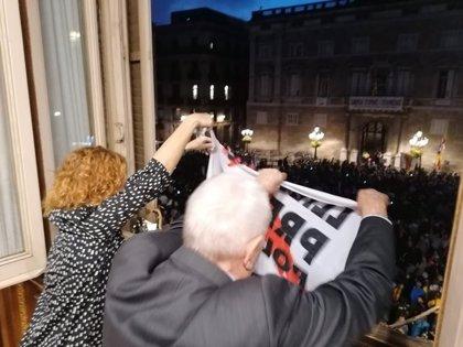 ERC cuelga una pancarta en el Ayuntamiento de Barcelona por la libertad de los presos