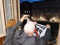 Maragall i Alamany onegen un domàs en favor dels presos polítics des del balcó de l'Ajuntament (ACN)