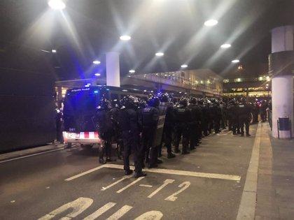 Mossos avisa de una intervención policial inminente ante barricadas y lanzamientos