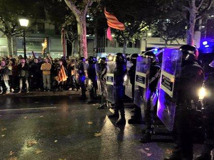 Cargas policiales contra manifestantes concentrados ante la Subdelegacion del Gobierno en Lleida