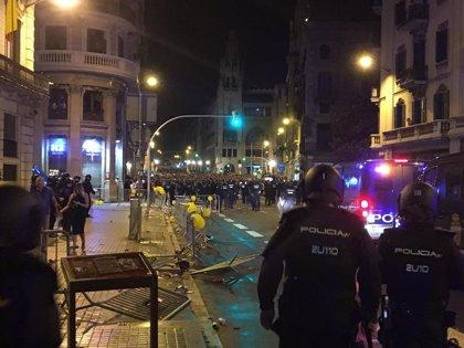 Furgones policiales blindan la Jefatura en Via Laietana de Barcelona tras altercados