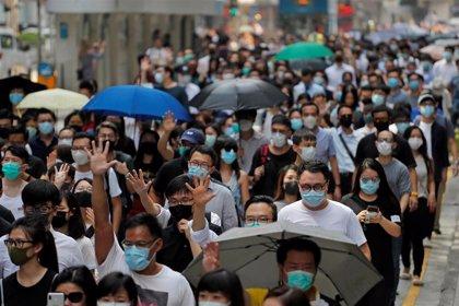 Hong Kong prohíbe manifestarse en zonas donde se alojan policías en medio de la creciente violencia