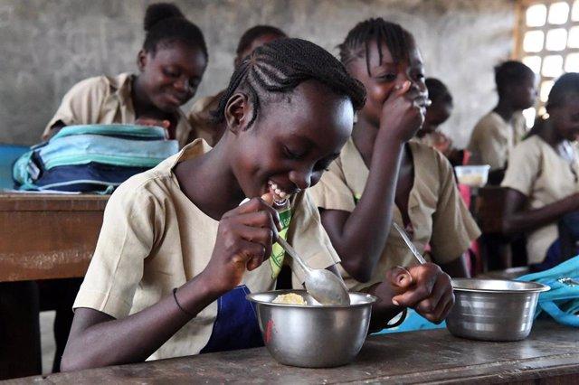 Niñas comiendo en una escuela en RDC