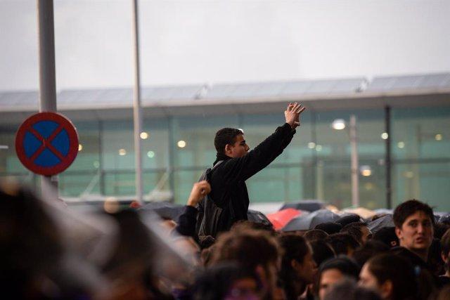 Un manifestant a l'Aeroport de Barcelona-El Prat, on s'ha produït una protesta per la sentència del Tribunal Suprem sobre el judici del procés, a Barcelona (Espanya), a 14 d'octubre de 2019.