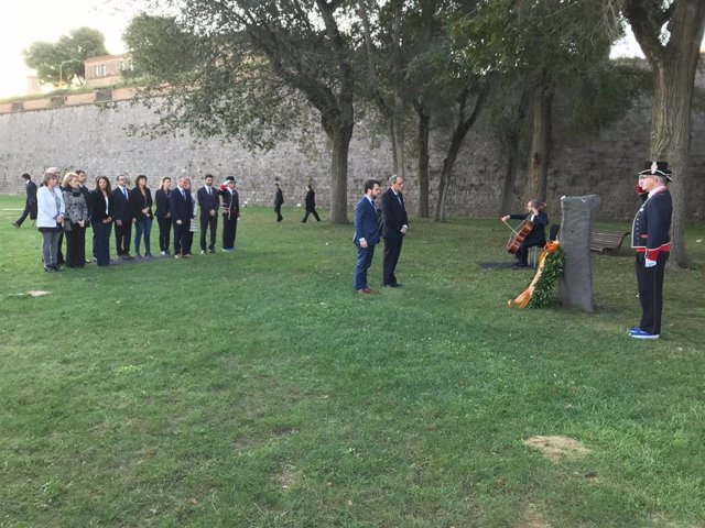 El president, Quim Torra, i el vicepresident, Pere Aragonès, amb la resta del Govern en l'ofrena a Lluís Companys