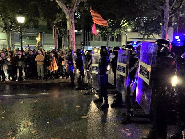 Els Mossos d'Esquadra en la concentració davant la Subdelegació del Govern a Lleida
