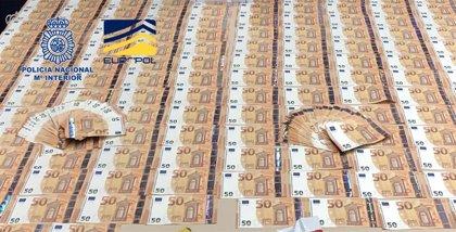 Policía y Europol desmantelan una banda con base en Lavapiés que distribuía billetes falsos de 50 euros