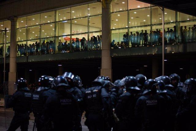 Policies i manifestants a l'Aeroport de Barcelona-el Prat, on s'ha produït una protesta per la sentència del Tribunal Suprem sobre el judici del procés, Barcelona (Espanya), 14 d'octubre del 2019.