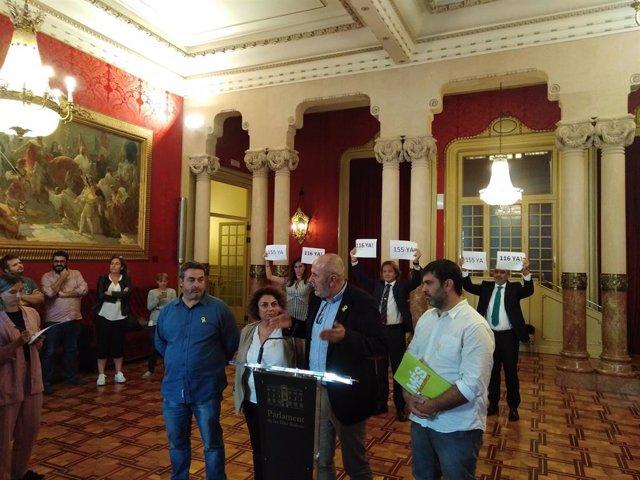 En primera línia, els diputats de MÉS per Mallorca (E-D), Joan Mas, Joana Campomar, Miquel Ensenyat i Josep Ferrà. En la segona línia, els diputats de Vox (E-D), Idoia Riba, Jorge Campos i Sergio Rodríguez.