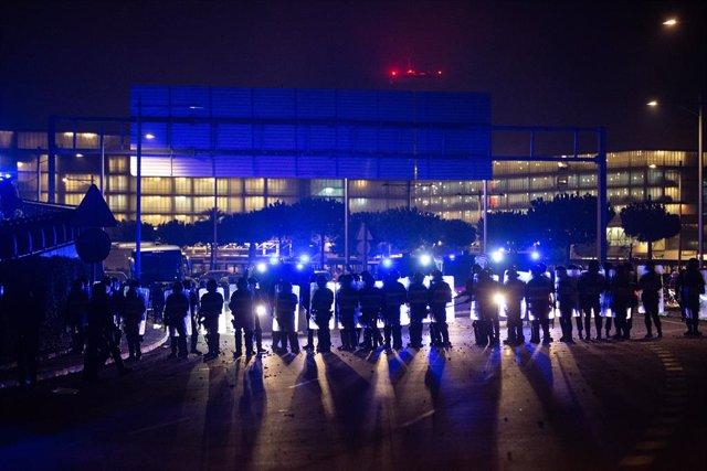 Policies a l'Aeroport de Barcelona-el Prat, on s'ha produït una protesta per la sentència del Tribunal Suprem sobre el judici del procés, a Barcelona (Espanya), a 14 d'octubre del 2019.