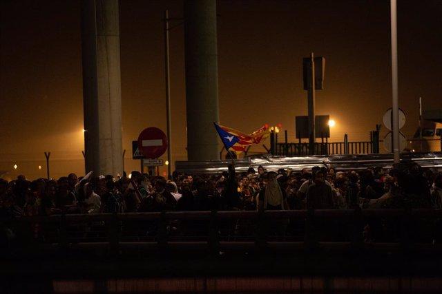 Manifestants amb una bandera estelada a l'Aeroport de Barcelona-el Prat, on s'ha produt una protesta per la sentncia del Tribunal Suprem sobre el judici del procés, a Barcelona (Espanya), 14 d'octubre del 2019.