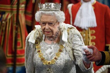 La Reina Isabel II rompe el protocolo en la apertura del Parlamento Británico