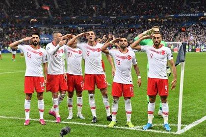 """Turquía pide """"moderación"""" a la UEFA ante una posible sanción por los saludos militares de sus jugadores"""
