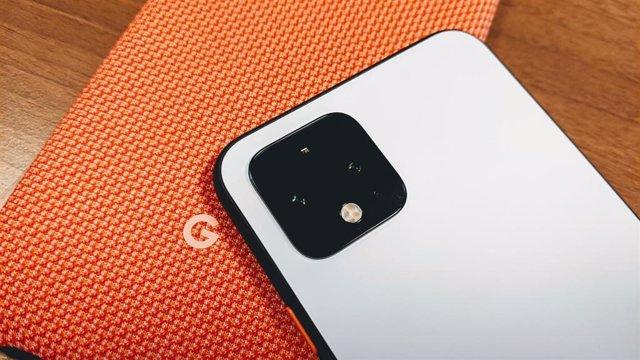 Google Pixel 4 sobre funda con el logo de la compañía