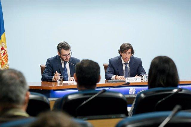 El ministre de Finances, Èric Jover, i el director general de l'Autoritat Financera, Ramón López, en la roda de premsa aquest dimarts al migdia.