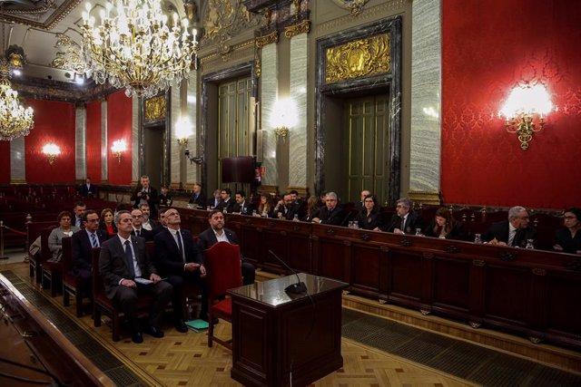 L'exvicepresident de la Generalitat Oriol Junqueras (d); l'exconseller d'Afers exteriors Raül Romeva (c) i l'exconseller d'Interior Joaquim Forn (i), al costat de la resta dels líders independentistes acusats pel procés sobiranista català.