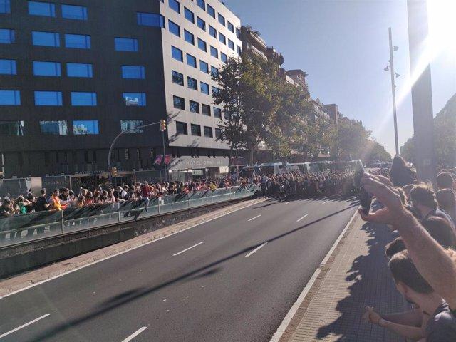 Manifestants tallen la Gran Via de Barcelona.