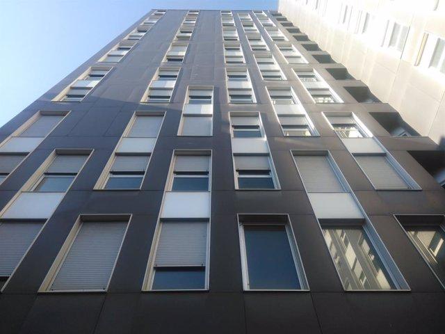 Barcelona cedeix 14 habitatges d'un edifici de la Marina del Prat Vermell a entitats