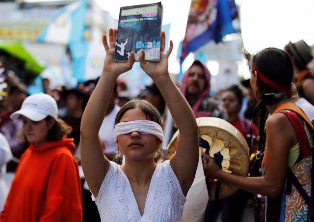 Manifestante en una concentración a favor de la permanencia de la CICIG en Guatemala