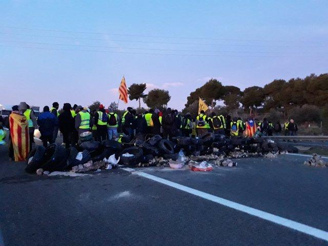 Los CDR han cortado este sábado por la mañana la autopista AP-7 en ambos sentidos de la marcha a la altura de L'Ampolla (Tarragona)