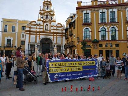 """""""Minuto de silencio y velas"""" en la Macarena en memoria del hombre sin hogar muerto en Sevilla"""