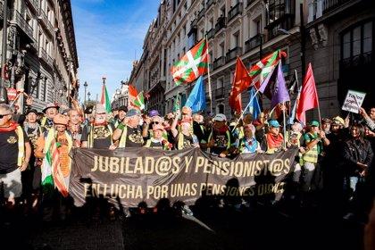Las marchas por las pensiones dignas llegan a las puertas del Congreso tras unirse en la Puerta del Sol