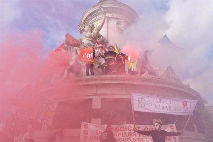 La Policía emplea gases lacrimógenos durante una manifestación de bomberos en París