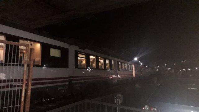 """Tren que ha quedado """"inútil"""" cuando circulaba entre Boo y Muriedas, cerca de la estación de esta última localidad"""