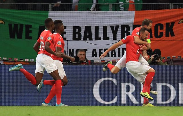 15 October 2019, Switzerland, Geneva: Switzerland's Haris Seferovic (R) celebrates with his teammates after scoring his side's first goal during the UEFA EURO 2020 qualifying Group D soccer match between Switzerland and the Republic of Ireland at the Stad