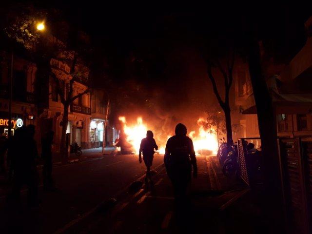 Fogueres al centre de Barcelona durant disturbis dels CDR contra la sentncia del processo independentista